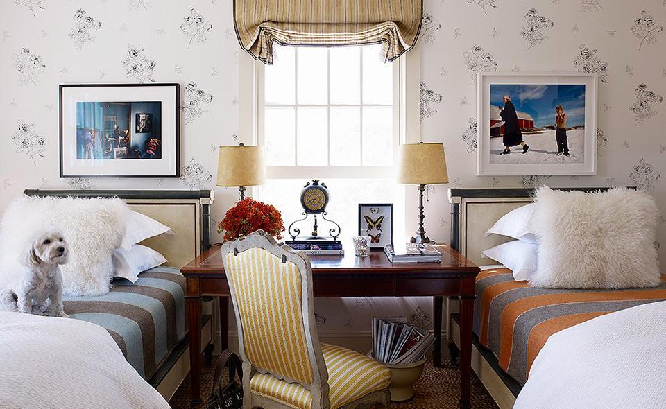 desk in between two beds